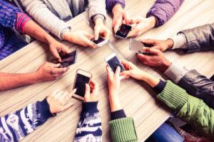 viele smartphones in der mitte eines tisches