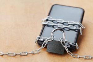smartphone mit einer kette gesichert