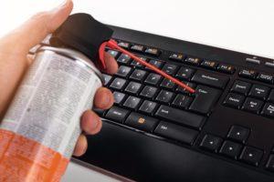 druckluft-spray zur tastatur-reinigung