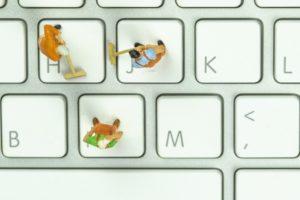 figuren bei der reinigung einzelner tasten der tastatur