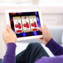 mann spielt online casino auf tablet